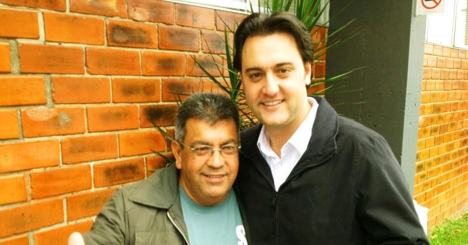 14.out.2012 - O candidato do PSC à Prefeitura de Curitiba, Ratinho Junior (à dir.), se reuniu com o vereador eleito na capital paranaense Toninho da Farmácia (PSD) no bairro Cidade Industrial