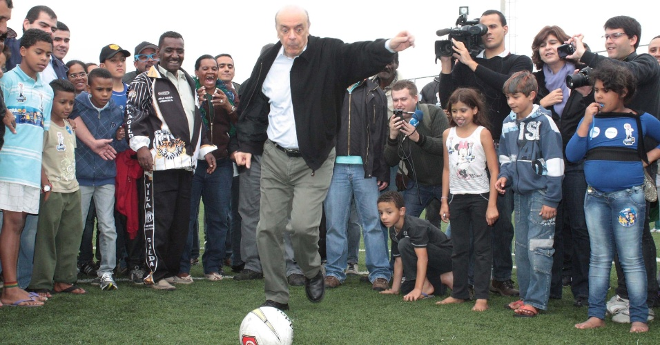14.out.2012 - O candidato do PSDB à Prefeitura de São Paulo, José Serra, chuta bola durante visita ao bairro Vila Gilda, na zona sul de São Paulo