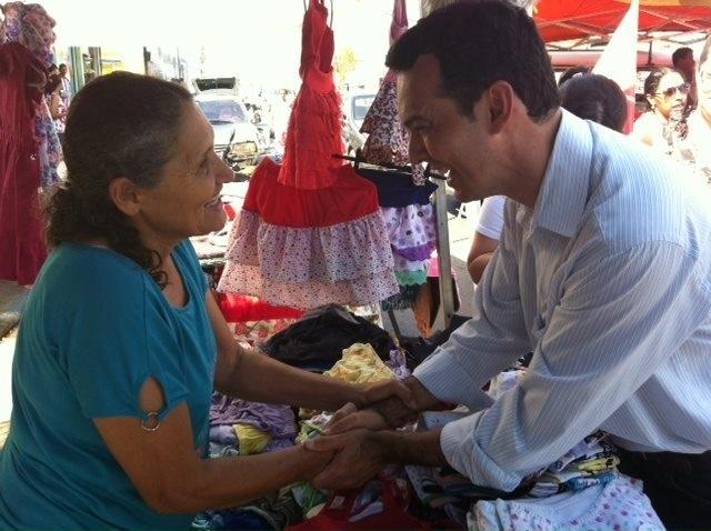14.out.2012 - O candidato do PT à Prefeitura de Cuiabá, Lúdio Cabral, cumprimenta eleitora durante caminhada pelo bairro CPA II