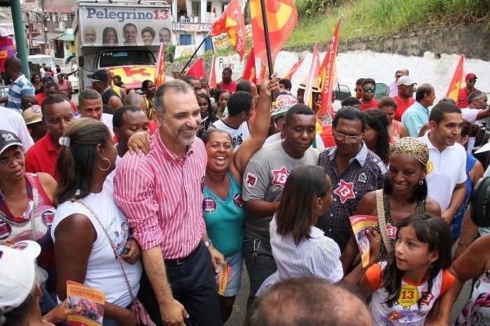 14.out.2012 - O candidato do PT à Prefeitura de Salvador, Nelson Pelegrino, faz caminhada pelo bairro São João do Cabrito