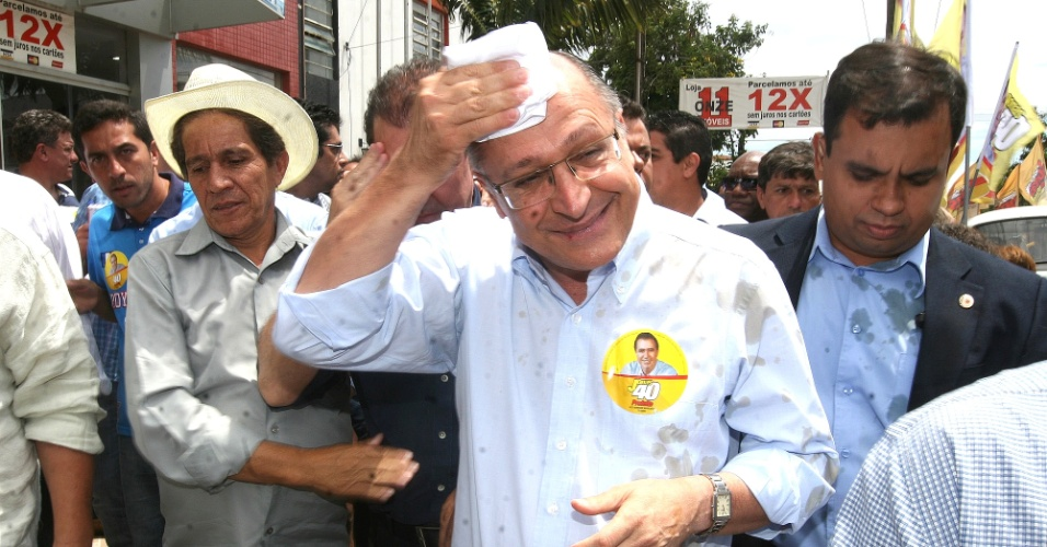 14.out.2012 - O governador de São Paulo, Geraldo Alckmin (PSDB), se limpa depois de ser atingido por um copo de café atirado por uma mulher enquanto participava de uma caminhada de apoio ao candidato do PSB à Prefeitura de Campinas, Jonas Donizette, no bairro Ouro Verde