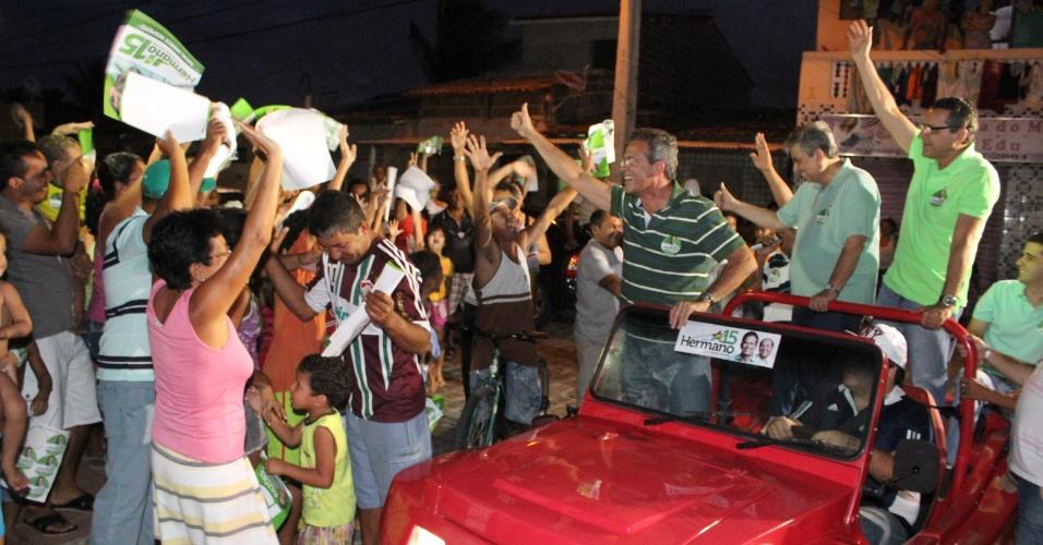 14.out.2012 - Hermano Morais (de camisa verde, listrada), candidato do PMDB à Prefeitura de Natal, acena para eleitores durante carreata por bairros da zona norte da capital potiguar