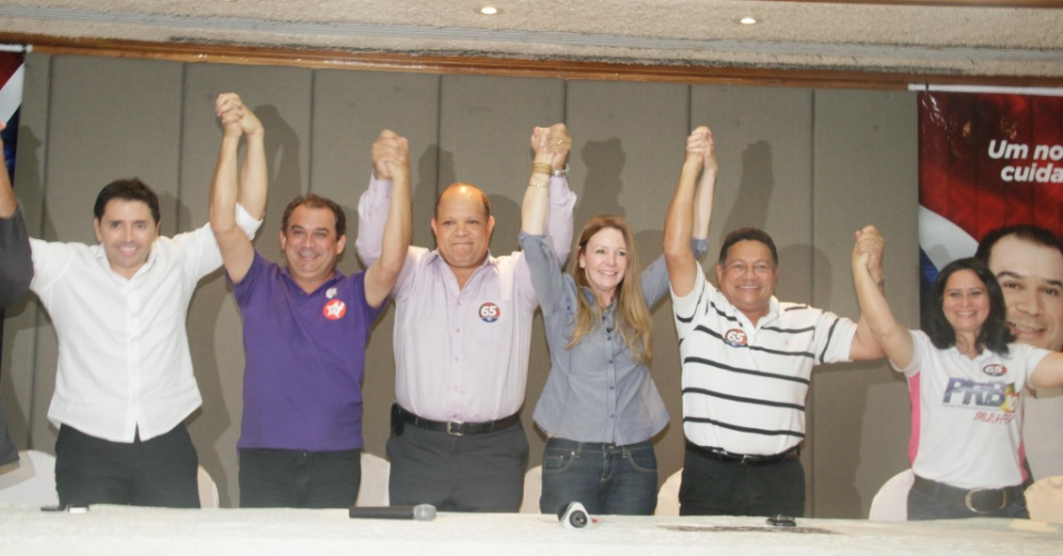 15.out.2012 - A candidata do PC do B à Prefeitura de Manaus, Vanessa Grazziotin (terceira à dir.) recebe o apoio do ex-vice candidato a prefeito Ivo Assis (PRB) (ao centro), da chapa do ex-candidato Pauderney Avelino (DEM)