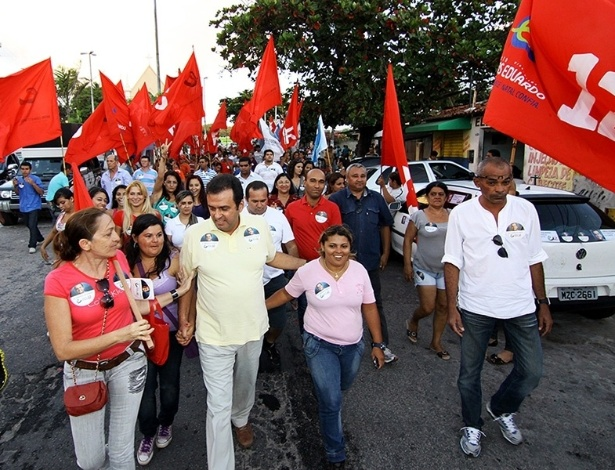 15.out.2012 - Militantes do PT se unem ao candidato do PDT à Prefeitura de Natal, Carlos Eduardo, durante caminhada pelo bairro de Vila de Ponta Negra, na capital potiguar, nesta segunda-feira