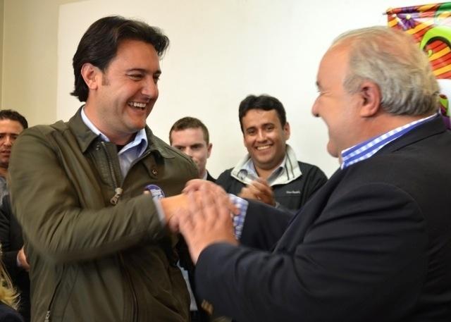 15.out.2012 - O candidato derrotado nas eleições em Curitiba, Rafael Greca (à dir.), anuncia apoio à candidatura de Ratinho Junior (PSC) no segundo turno das eleições na capital paranaense