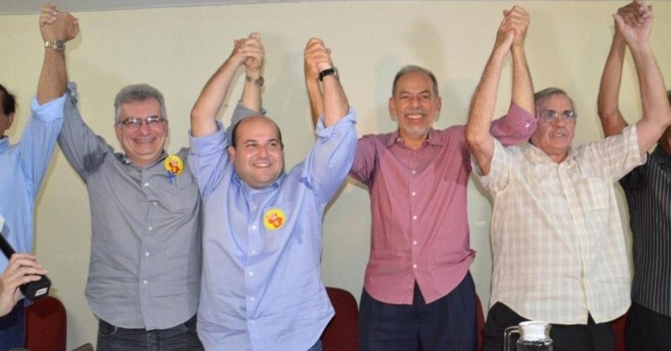 15.out.2012 - O candidato do  PSB à Prefeitura de Fortaleza, Roberto Claudio (de camisa azul), recebe apoio do ex-candidato Inácio Arruda (PC do B) (segundo à dir.), que ficou na sétima colocação no pleito