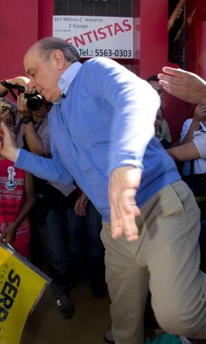15.out.2012 - O candidato do PSDB à Prefeitura de São Paulo, José Serra, desvia de  obstáculo enquanto faz caminhada na Cidade Ademar, na zona sul da capital paulista, nesta segunda-feira