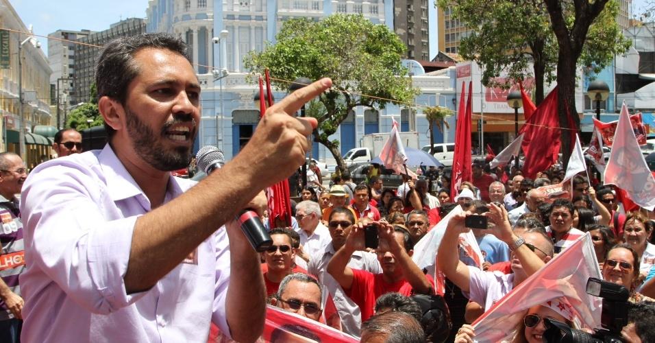 15.out.2012 - O candidato do PT à Prefeitura de Fortaleza, Elmano de Freitas, discursa durante ato em homenagem aos professores na praça do Ferreira, no centro da capital cearense