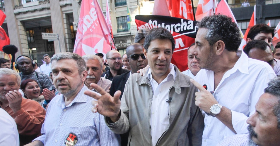 15.out.2012 - O candidato do PT à Prefeitura de São Paulo, Fernando Haddad, faz um minicomício na rua 25 de março, famoso polo de comércio popular na região central da capital paulista, nesta segunda-feira