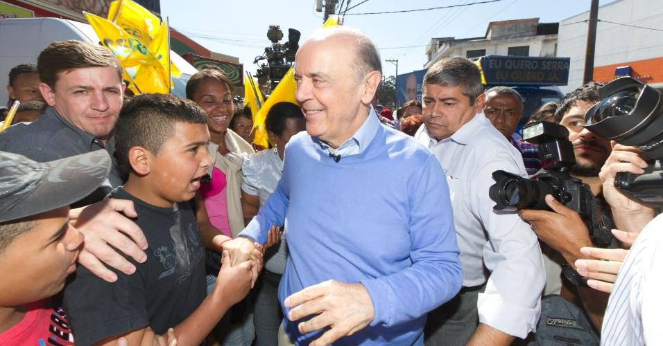 15.out.2012 - O candidato do PSDB à Prefeitura de São Paulo, José Serra, faz caminhada na Cidade Ademar, na zona sul da capital paulista, nesta segunda-feira