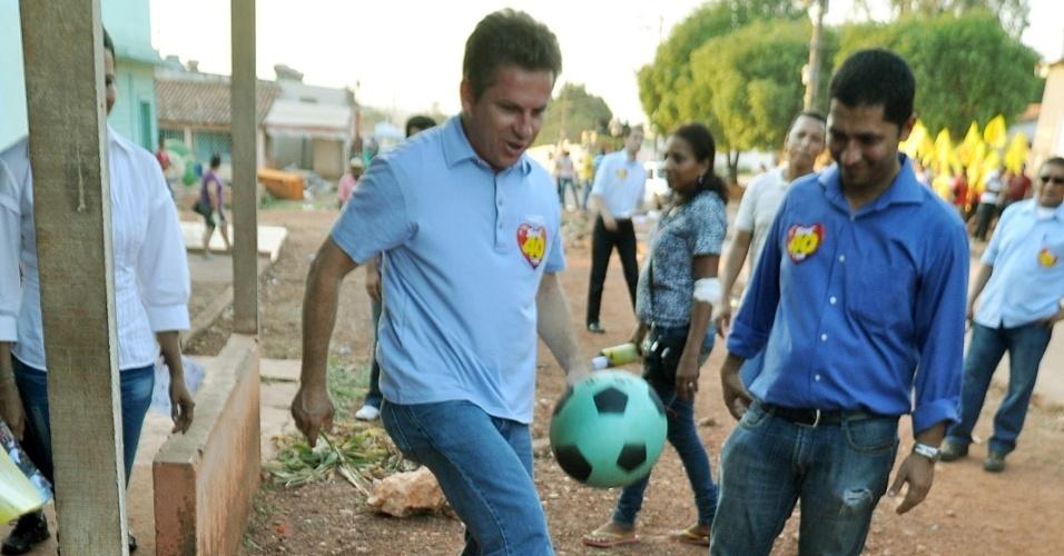 15.out.2012 - O candidato do PSB à Prefeitura de Cuiabá Mauro Mendes (de camisa azul clara) realizou caminhada nos bairros Jardim Vitória e Jardim Florianópolis e aproveitou para jogar bola com crianças