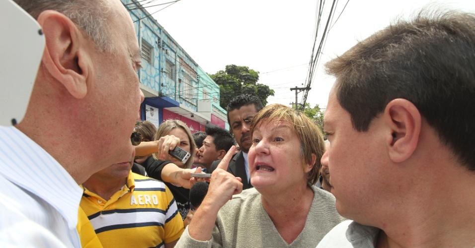 16.out.2012 - A eleitora Nilsa Picini, 58, reclamou com o candidato do PSDB à Prefeitura de São Paulo, José Serra (à esq.), sobre o estado do hospital Heliópolis e falou mal dos políticos em geral durante caminhada feita pelo tucano na avenida do Cursino, zona sul da capital