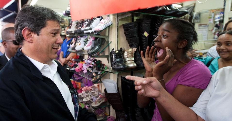 16.out.2012 - Eleitora se surpreende ao encontrar com o candidato do PT à Prefeitura de São Paulo, Fernando Haddad (à esq.), que fazia caminhada pelas ruas da Lapa, bairro da zona oeste da capital. No local, o petista disse que José Serra (PSDB) estimula a intolerância ao trazer