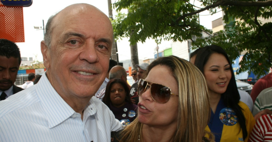 16.out.2012 - O candidadato do PSDB à Prefeitura de São Paulo, José Serra, faz campanha pelo comércio da avenida do Cursino, na zona sul da capital paulista, nesta terça-feira. No local, o tucano negou ter alterado programa de governo para beneficiar igrejas evangélicas