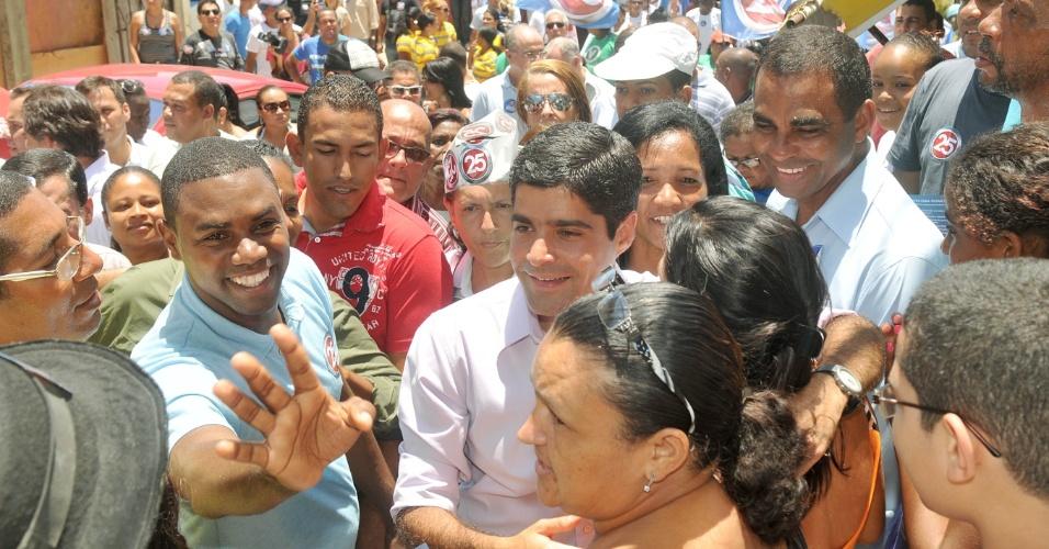 16.out.2012 - O candidato do DEM à Prefeitura de Salvador, ACM Neto (ao centro, de camisa), no bairro de São Marcos, na capital baiana, nesta segunda-feira