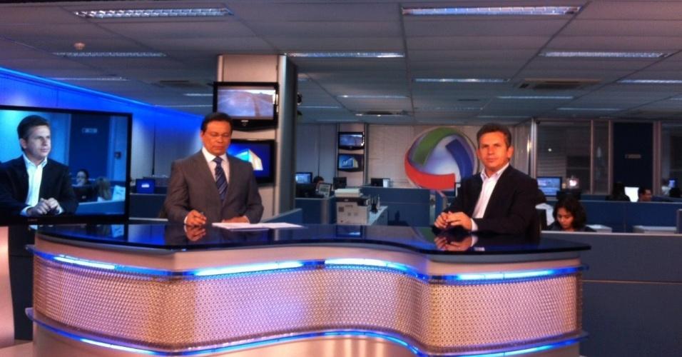 """16.out.2012 - O candidato do PSB à Prefeitura de Cuiabá, Mauro Mendes (à dir.), concede entrevista na """"TV Centro América"""" (afiliada da """"TV Globo"""") nesta terça-feira"""