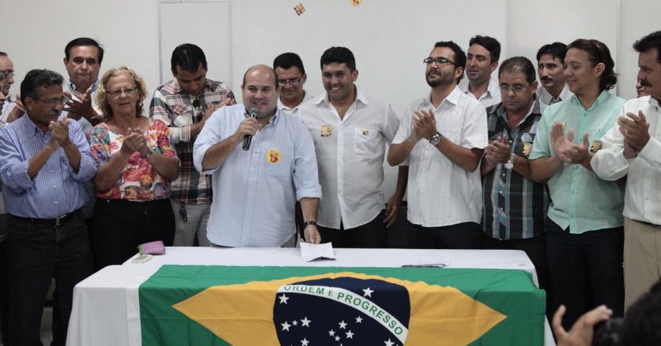 16.out.2012 - O candidato do PSB à Prefeitura de Fortaleza, Roberto Claudio (de camisa azul), recebe apoio do ex-candidato André Ramos (PPL) (quarto à dir.), que ficou na nona colocação no pleito, nesta terça-feira