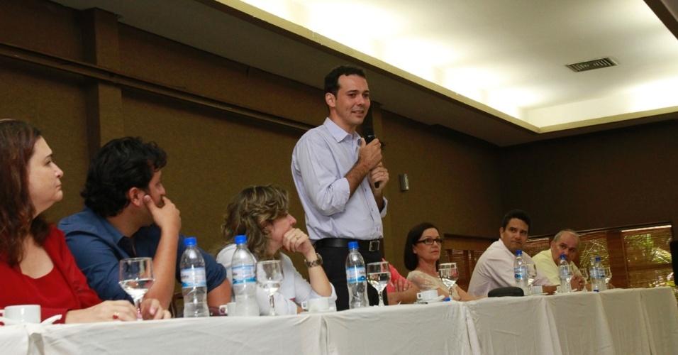 16.out.2012 - O candidato do PT à Prefeitura de Cuiabá, Lúdio Cabral (em pé), participou de reunião com profissionais da educação em hotel fazenda nesta terça-feira