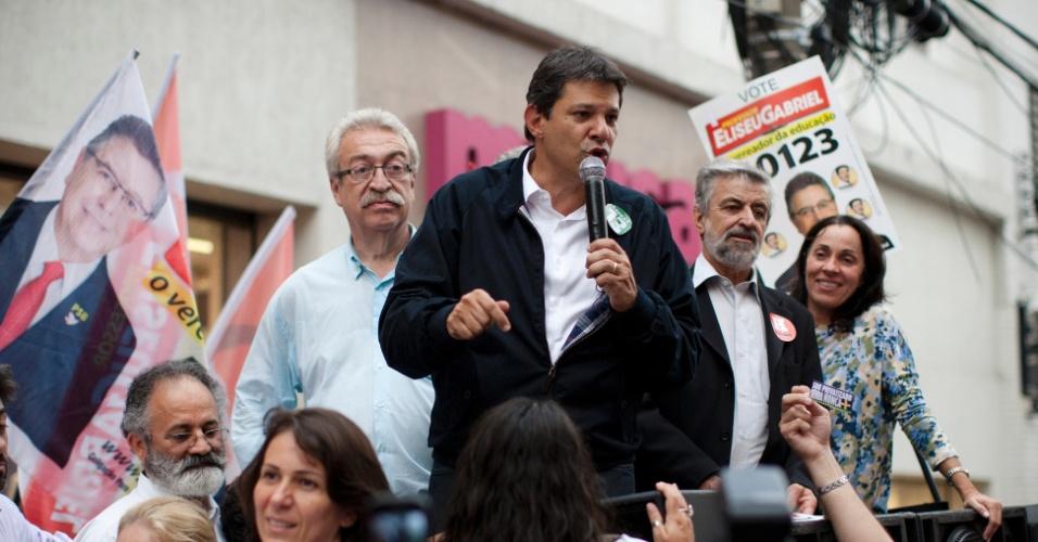 16.out.2012 - O candidato do PT à Prefeitura de São Paulo, Fernando Haddad, faz caminhada no bairro da Lapa, zona oeste da capital, nesta terça-feira. No local, o petista disse que José Serra (PSDB) estimula a intolerância ao trazer