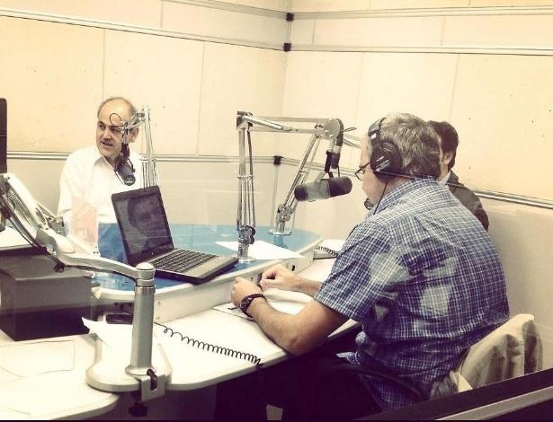 16.out.2012 - Os candidatos à Prefeitura de Curitiba participaram de um debate na rádio Clube B2. Gustavo Fruet (de camisa branca), candidato do PDT falou sobre projetos para a saúde durante a conversa
