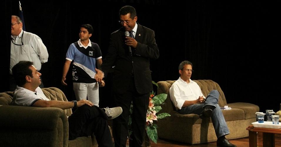 16.out.2012 - Os candidatos à Prefeitura de Natal pelo PDT, Carlos Eduardo (sentado à esq.), e pelo PMDB, Hermano Morais (sentado à dir.), participaram de um debate promovido por um colégio particular no bairro Cidade Alta, zona leste da capital potiguar