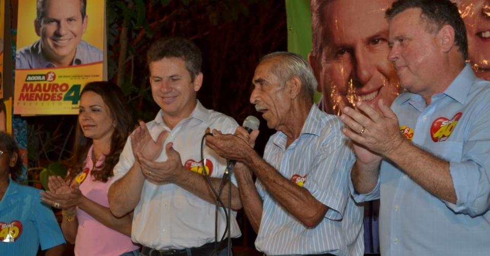 16.out.2012 - O senador pelo PR de Mato Grosso, Blairo Maggi (à dir.), participou de um comício ao lado do candidato do PSB à Prefeitura de Cuiabá, Mauro Mendes (à esq.), no bairro São Gonçalo Beira Rio