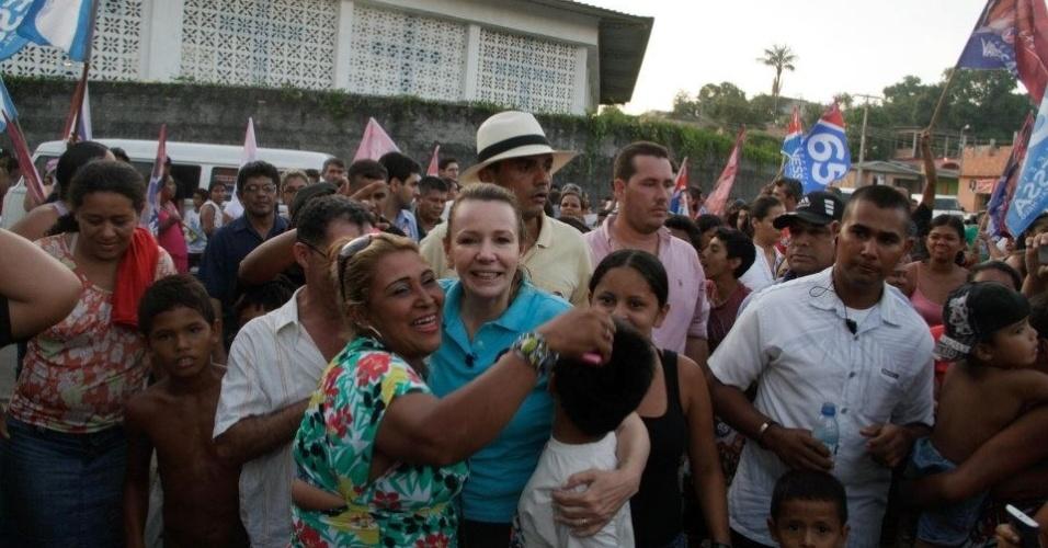 17.out.2012 - A candidata do PC do B à Prefeitura de Manaus, Vanessa Grazziotin, fez campanha no bairro de Zumbi Três, na zona leste da capital amazonense, nesta quarta-feira