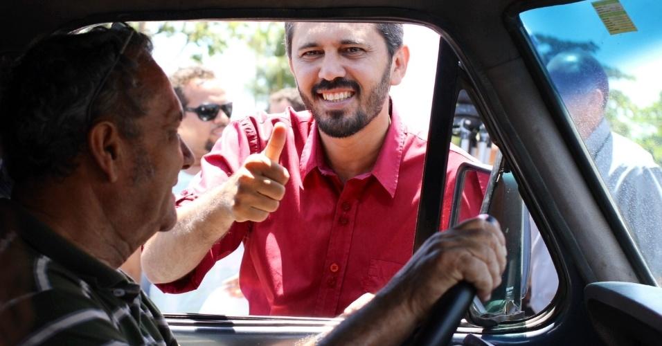 17.out.2012 - Elmano de Freitas, candidato do PT à Prefeitura de Fortaleza, fez panfletagem nas ruas da capital cearense, próximo ao terminal de ônibus Lagoa