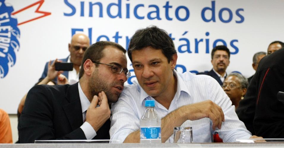 17.out.2012 - Fernando Haddad (à dir.), candidato do PT à Prefeitura de São Paulo, e o ministro do Trabalho, Brizola Neto (PDT), visitaram o Sindicato dos Eletricitários de São Paulo (Stieesp), no bairro da Liberdade. No evento, Neto afirmou que o apoio de Paulinho da Força (PDT) a José Serra (PSDB) é isolado. O PDT decidiu apoiar a candidatura de Haddad