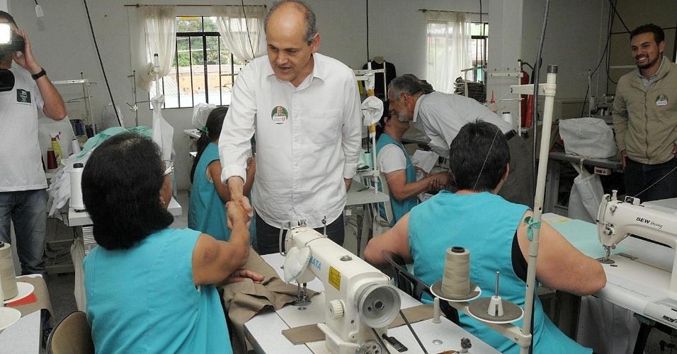 17.out.2012 - Gustavo Fruet, candidato do PDT à Prefeitura de Curitiba, visitou uma coperativa de costura na Vila Verde, bairro da capital paranaense