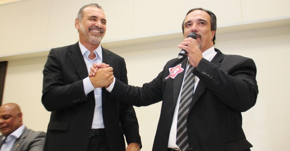 17.out.2012 - Nelson Pelegrino (à esq.), candidato do PT à Prefeitura de Salvador, recebeu o apoio de Rogério Da Luz, candidato do PRTB à prefeitura no 1º turno