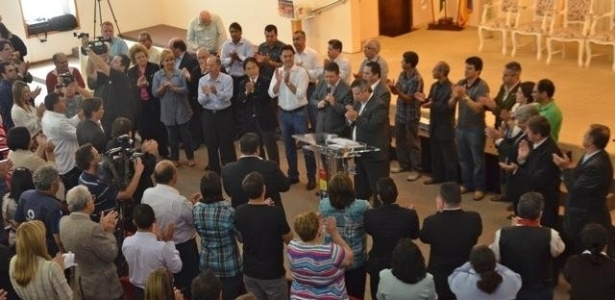 17.out.2012 - O candidato do PSC à Prefeitura de Curitiba, Ratinho Junior (de camisa branca e calça jeans), se reuniu com pastores da igreja quadrangular para receber o apoio da congregação na manhã desta quarta-feira, na capital paranaense