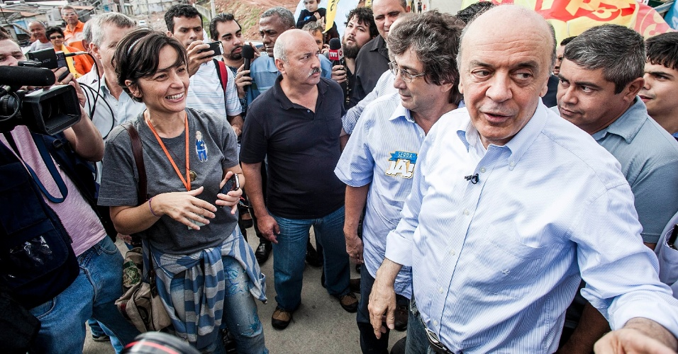 17.out.2012 - O candidato do PSDB à Prefeitura de São Paulo, José Serra (à dir.), fez uma caminhada na comunidade de Heliópolis, acompanhado por Soninha Francine, que foi candidata pelo PPS, partido que anunciou apoio ao tucano neste segundo turno