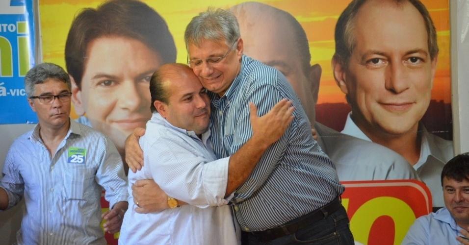 17.out.2012 - Roberto Claudio (à esq.), candidato do PSB à Prefeitura de Fortaleza, recebeu o apoio de Moroni Torgan (DEM), que foi candidato no 1º turno e ficou em 4º lugar na votação, em evento realizado no comitê central de campanha de Cláudio