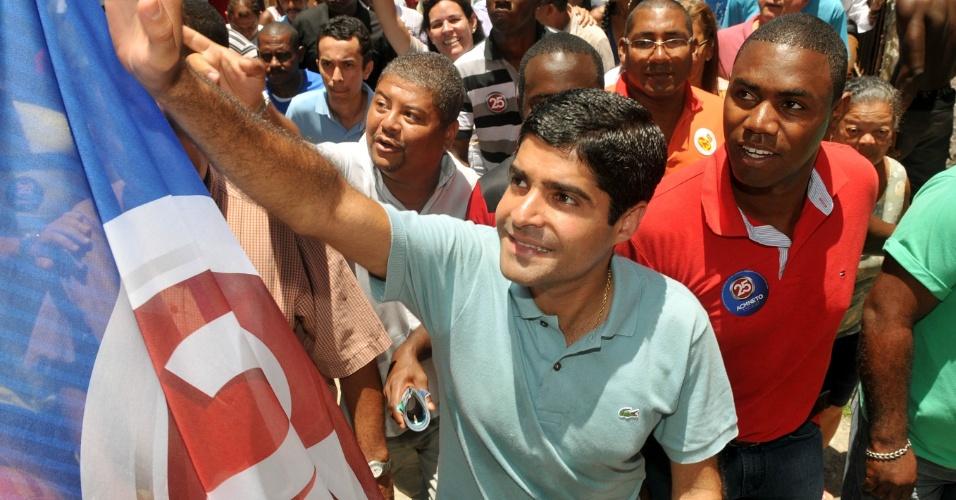 18.out.2012 - ACM Neto, candidato do DEM à Prefeitura de Salvador, fez campanha em uma caminhada na Baixada do Nordeste de Amaralina, acompanhado de militantes e políticos. O candidato atacou os petistas: