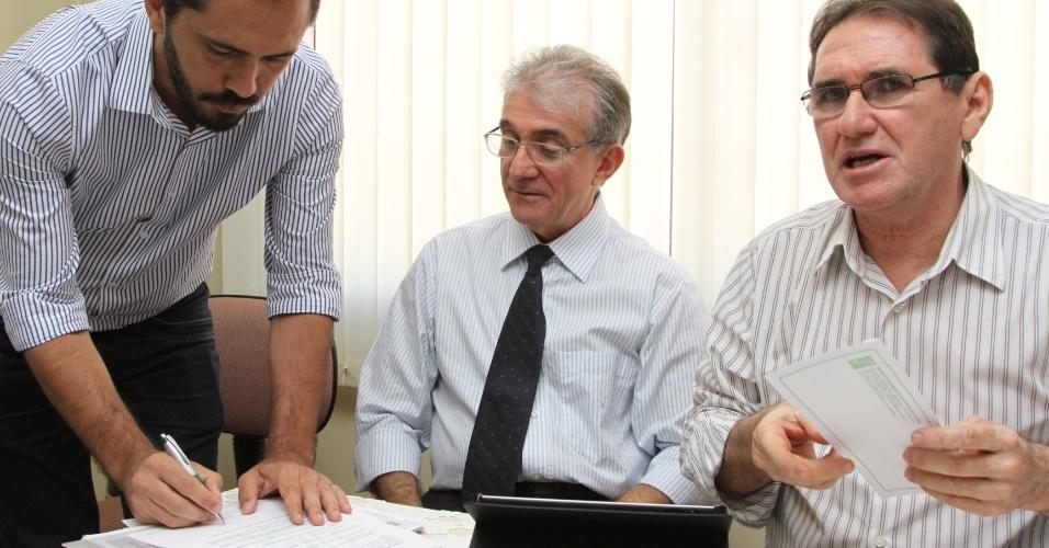 18.out.2012 - Elmano de Freitas (à esq.), candidato do PT à Prefeitura de Fortaleza, assina termo de compromisso com o sindicato dos médicos durante visita pela manhã
