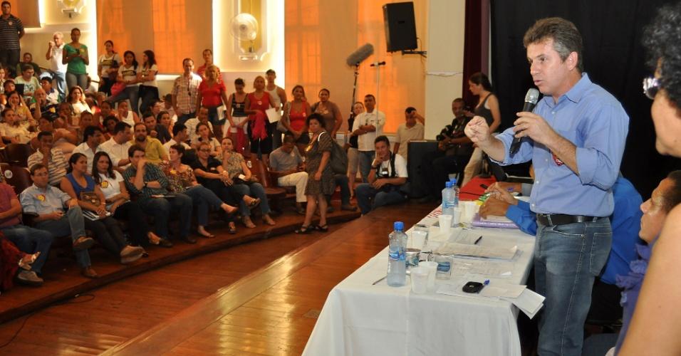 18.out.2012 - O candidato do PSB à Prefeitura de Cuiabá, Mauro Mendes (em pé), participa de evento promovido pelo Sindicato dos Professores de Cuiabá nesta quinta-feira