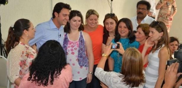 18.out.2012 - O candidato do PSC à Prefeitura de Curitiba, Ratinho Junior (de camisa azul), se reuniu com professoras, educadoras e funcionários da rede pública de ensino para debater sobre educação na capital paranaense