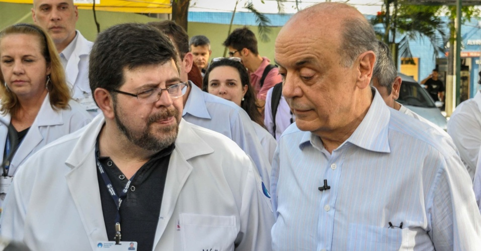 18.out.2012 - O candidato do PSDB à Prefeitura de São Paulo, José Serra (à dir.), visitou a AMA (Atendimento Médico Ambulatorial) Sorocabana, localizada no bairro da Lapa