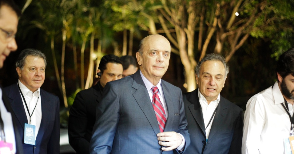 18.out.2012 - O candidato do PSDB à Prefeitura de São Paulo, José Serra (ao centro), chega ao estúdio da