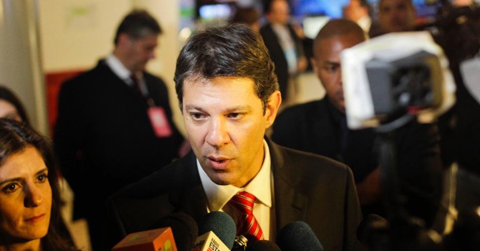 18.out.2012 - O candidato do PT à Prefeitura de São Paulo, Fernando Haddad, chega ao estúdio da