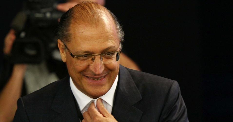"""18.out.2012 - O governador de São Paulo, Geraldo Alckmin, chega ao debate dos candidatos à Prefeitura de São Paulo, José Serra (PSDB) e Fernando Haddad (PT), na sede da """"TV Bandeirantes"""" em São Paulo, na noite desta quinta-feira"""