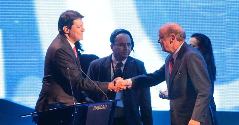 18.out.2012 - Os candidatos à Prefeirura de São Paulo Fernando Haddad (PT) (à esq.) e José Serra (PSDB) se cumprimentam antes de começar o debate da Band