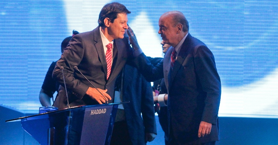 18.out.2012 - Os candidatos à Prefeirura de São Paulo Fernando Haddad (PT) (à esq.) e José Serra (PSDB) se cumprimentam antes de começar o debate da Band