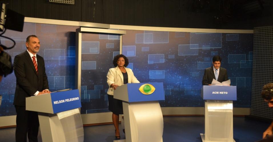 18.out.2012 - Os candidatos à Prefeitura de Salvador Nelson Pelegrino (PT) (à esq.) e ACM Neto (DEM) participam de debate da