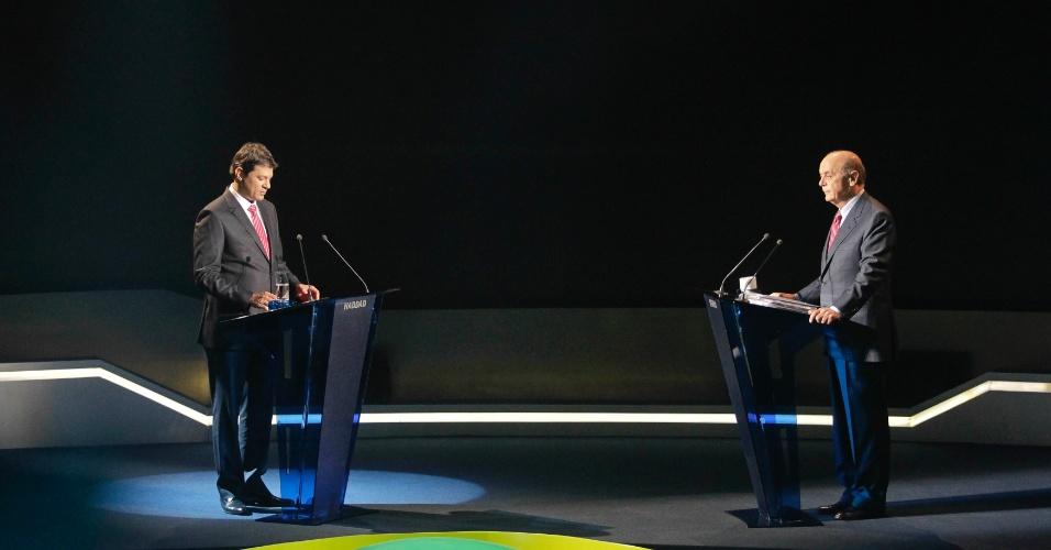 """18.out.2012 - Os candidatos à Prefeitura de São Paulo Fernando Haddad (PT) (à esq.) e José Serra (PSDB) se posicionam no estúdio da """"TV Bandeirantes"""" para o debate na noite desta quinta-feira"""