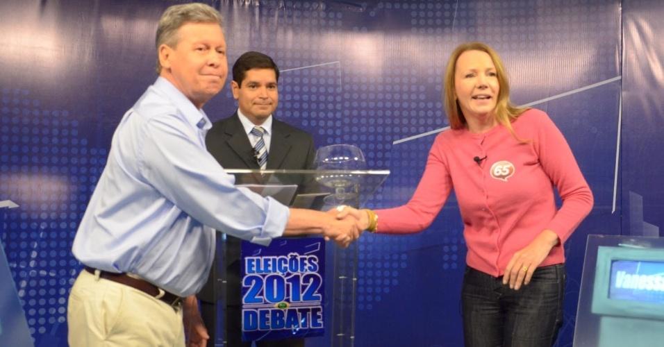 18.out.2012 - Os candidatos à Prefeitura de Manaus Arthur Virgílio I(PSDB) (à esq.) e Vanessa Grazziotin (PC do B) se cumprimentam em debate da