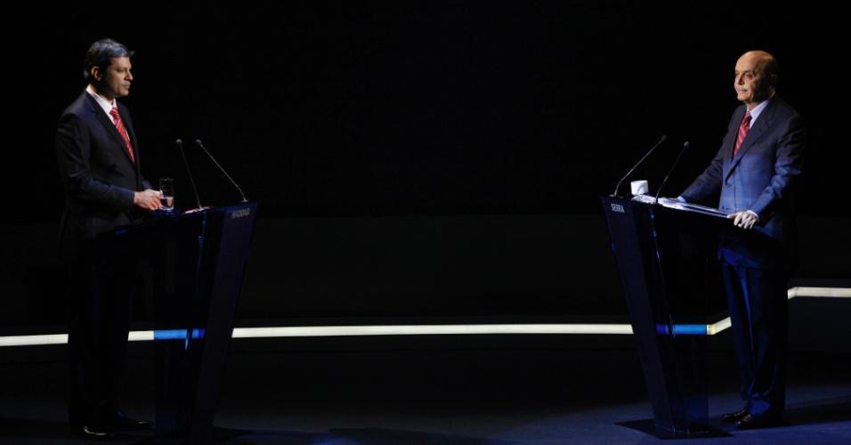 """18.out.2012 - Os candidatos à Prefeitura de São Paulo, Fernando Haddad (PT) (à esq.) e José Serra (PSDB) (à dir.), participam do primeiro debate do segundo turno, promovido pela """"TV Bandeirantes"""", na sede da emissora, na zona sul de São Paulo, nesta quinta-feira"""