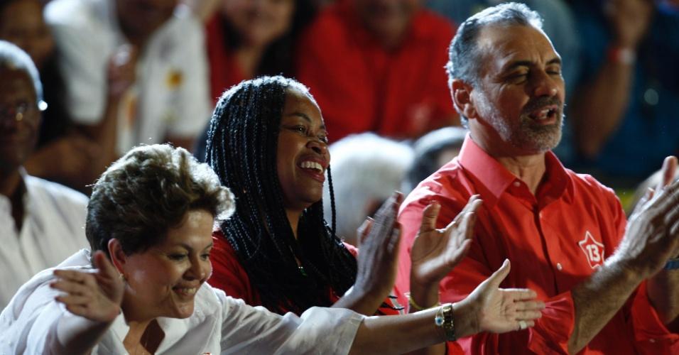 19.out.2012 - A presidente Dilma Rousseff acena para o público durante comício com o candidato do PT à Prefeitura de Salvador, Nelson Pelegrino (à dir.), no bairro de Cajazeiras