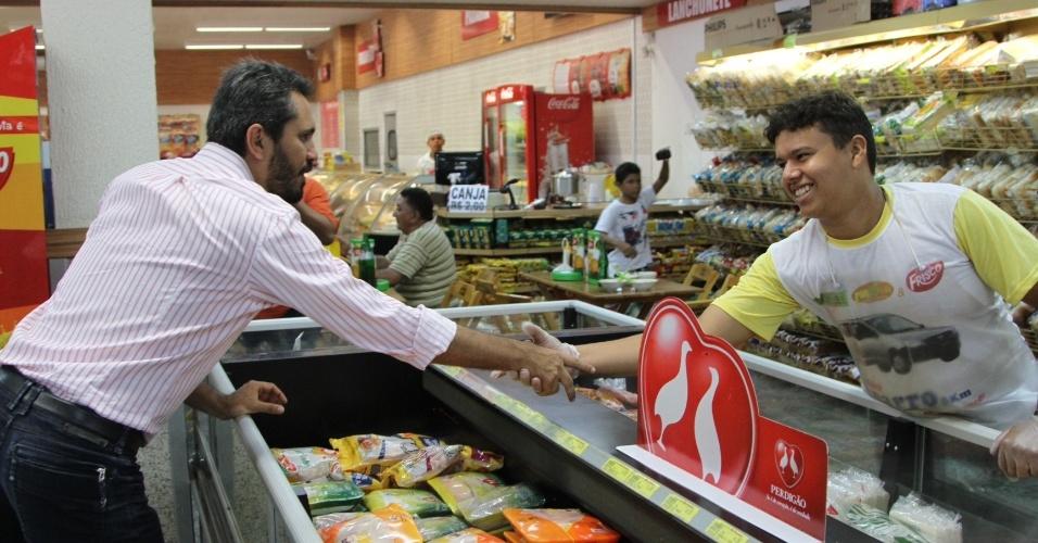 19.out.2012 - Elmano de Freitas (à esq.), candidato do PT à Prefeitura  de Fortaleza, cumprimenta comerciantes durante caminhada no bairro Bom Jardim